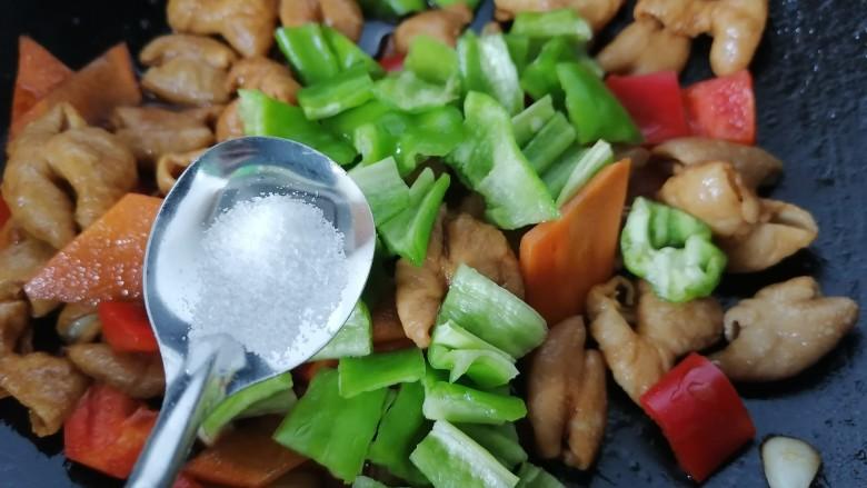 尖椒肥肠,加入适量盐调味