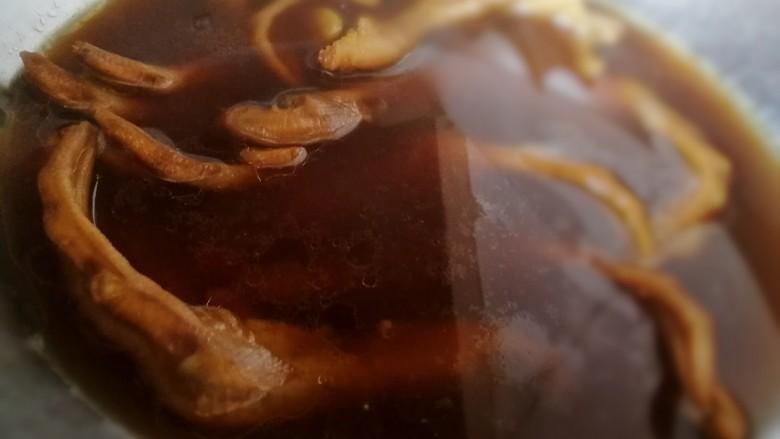 卤鸭掌,在汤里泡上几小时,更好上色入味。