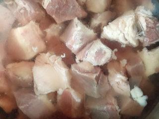 十三香牛腩土豆,牛腩块放入清水中浸泡20分钟,倒掉血水