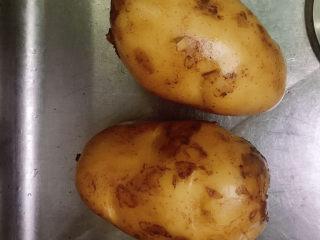 十三香牛腩土豆,准备两个大土豆