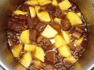 十三香牛腩土豆,拌匀