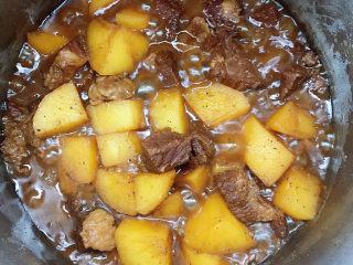 十三香牛腩土豆,大火烧开后小火压2-3分钟