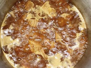 十三香牛腩土豆,加入清水大火烧开,盖上锅盖压15分钟