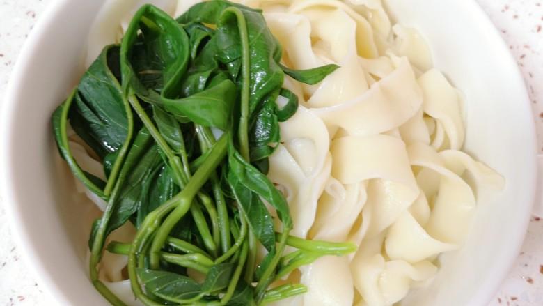 肥肠面,将煮好的面条和空心菜过一下凉水,捞出放在碗里。