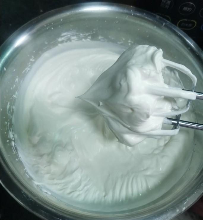 榴莲千层蛋糕,准备馅料,细砂糖分两次加入奶油里,中速打发打发,提起打蛋器有明显的直立尖脚就可以,如果奶油提起来还是弯钩,就要继续打,也不要过度打过头了,可能奶油就会油水分离了