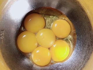 平底锅舒芙蕾,在蛋黄中加入油。