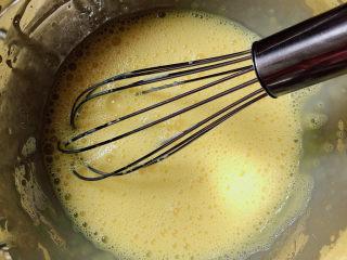 平底锅舒芙蕾,将蛋液快速搅拌均匀。