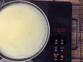 榴莲千层蛋糕,再开小火煎,面皮变色,鼓起很多小泡泡,就是可以了,小心的揭下来,放凉备用