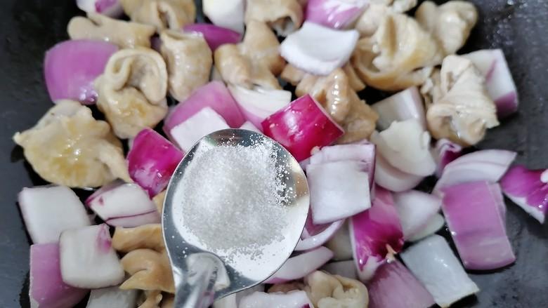 肥肠面,加入适量盐调味
