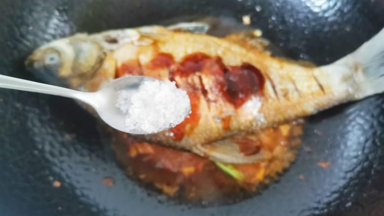 红烧鳊鱼,加入少许白糖
