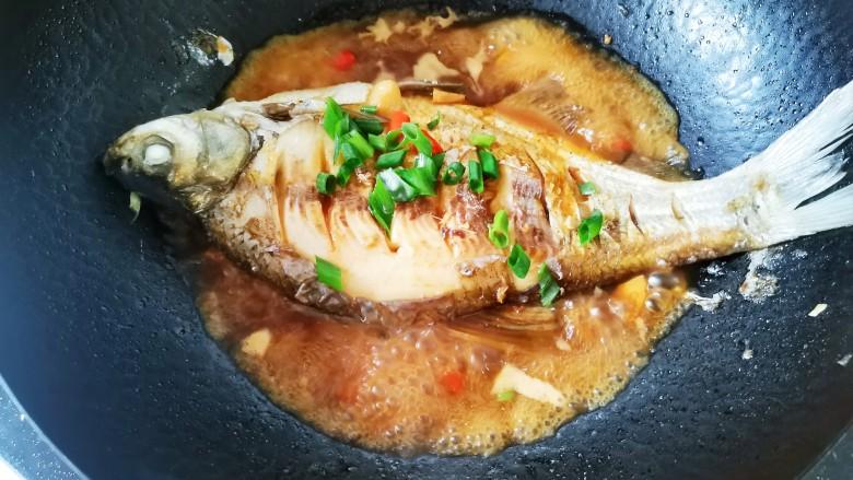 红烧鳊鱼,烧至汤汁粘稠,散上葱花出锅