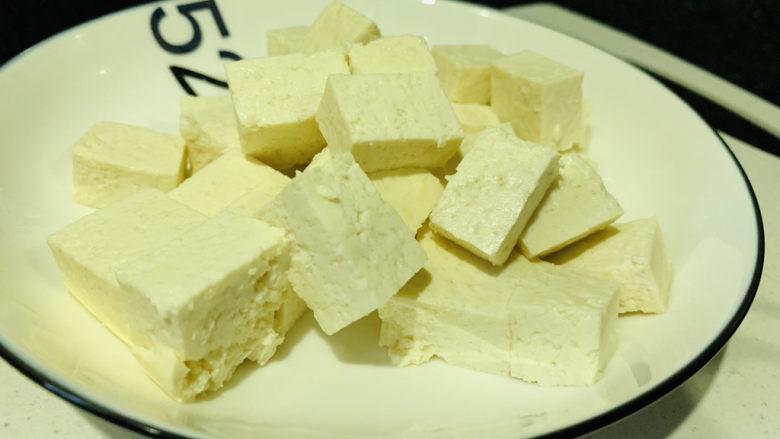 黑鱼豆腐汤,豆腐切小块