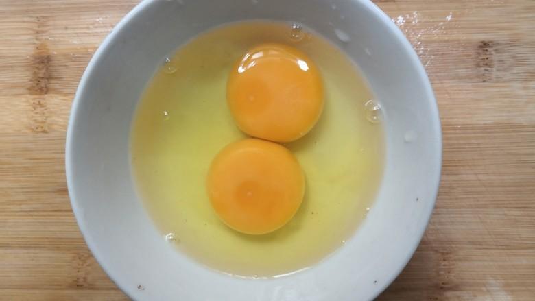 白玉菇炒鸡蛋,把鸡蛋,磕入碗中