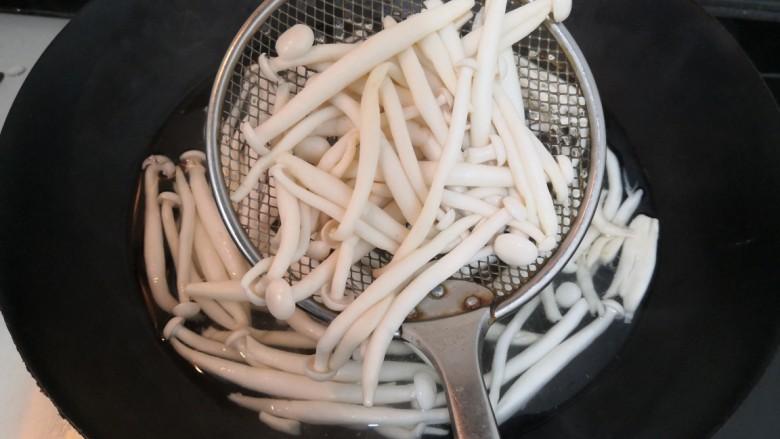 白玉菇炒鸡蛋,白玉菇焯水,回软后,捞出