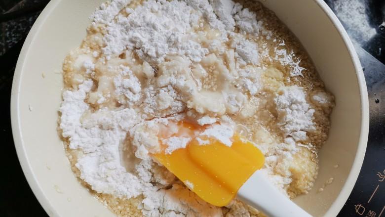 香喷喷的软糯可口,一咬就掉渣儿的老婆饼,加入剩下的其他材料一起搅拌均匀。然后取出放凉,备用