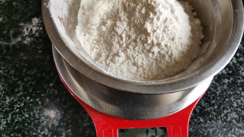 香喷喷的软糯可口,一咬就掉渣儿的老婆饼,准备油酥。面粉