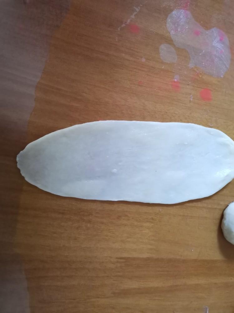 香喷喷的软糯可口,一咬就掉渣儿的老婆饼,擀成椭圆型