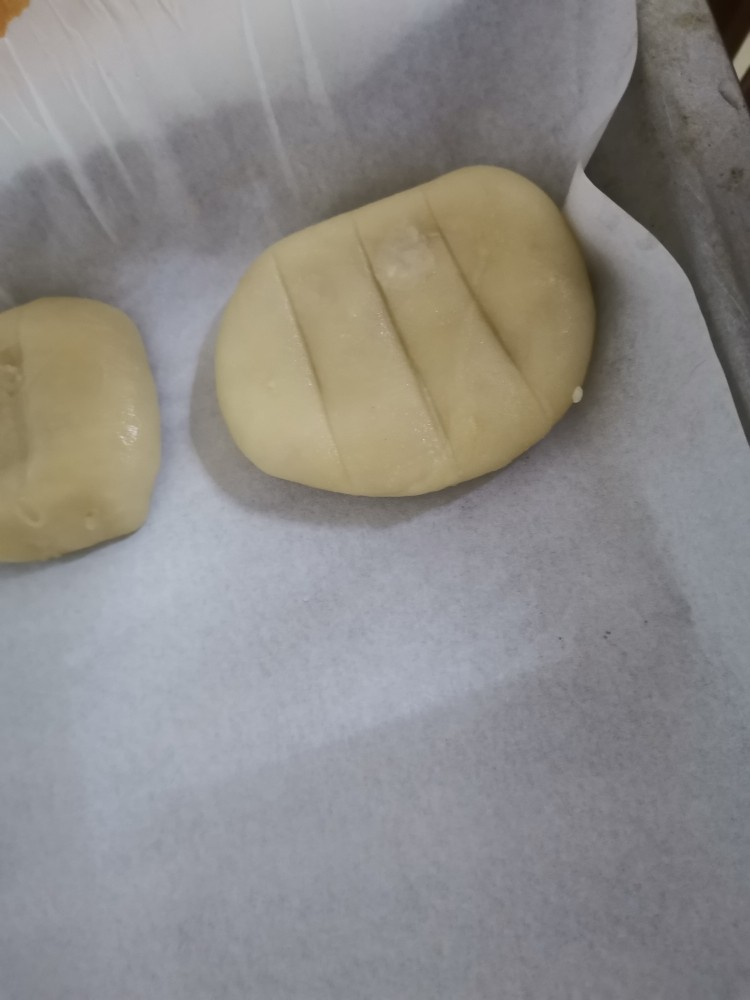 香喷喷的软糯可口,一咬就掉渣儿的老婆饼,烤盘铺上厨房纸,做好一个饼后,用小刀割三刀