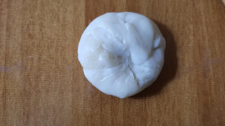 香喷喷的软糯可口,一咬就掉渣儿的老婆饼,把饼胚弄成圆形,擀成扁圆形