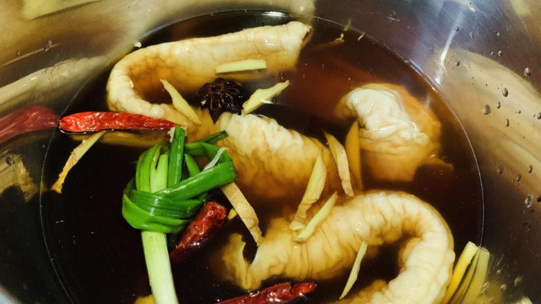 肥肠面,肥肠事先卤好,肥肠洗净,加葱结、姜丝、辣椒、十三香、红糖、料酒、酱油,高压锅上汽后压20分钟