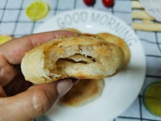 香喷喷的软糯可口,一咬就掉渣儿的老婆饼