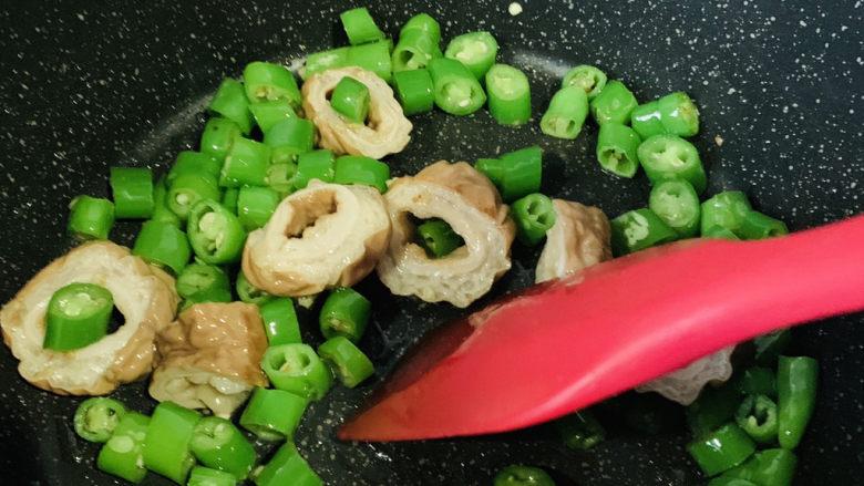 尖椒肥肠,炒香