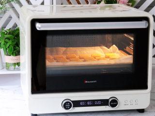 咸香芝士曲奇饼干,放入预热好的海氏i7烤箱,上下火165度,中层烘烤约20分钟即可,烤至表面变成金黄色即可