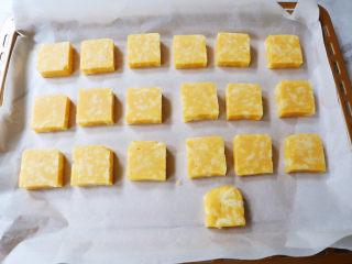 咸香芝士曲奇饼干,烤盘垫上油纸,再将饼干生坯摆放入烤盘中