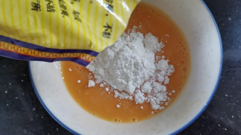 炸奶冻,倒入淀粉搅拌成薄薄的糊状