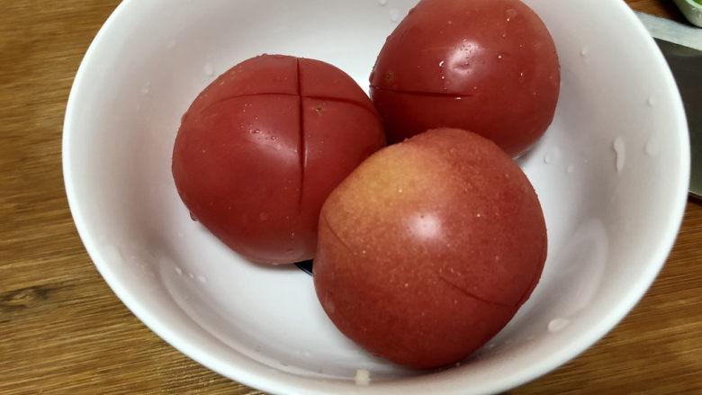 素炒白玉菇➕番茄小白菜烩白玉菇,番茄表面化十字花刀