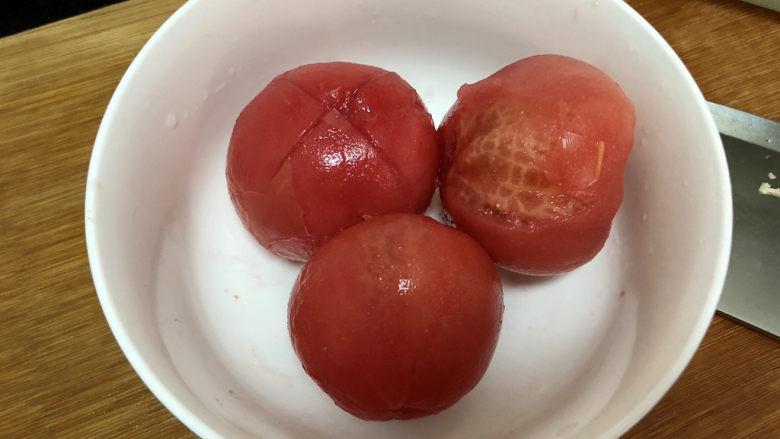 素炒白玉菇➕番茄小白菜烩白玉菇,烫过的番茄皮卷起,撕掉番茄皮