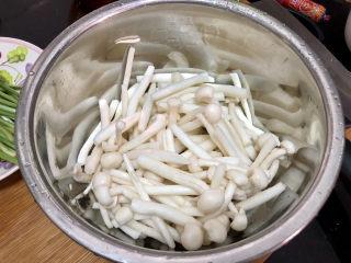 白玉菇炒鸡蛋➕春至花如锦,白玉菇对半切开,清洗备用