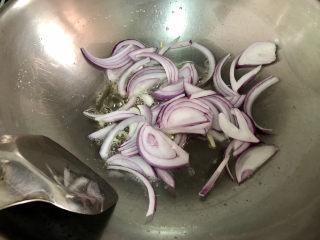 白玉菇炒鸡蛋➕春至花如锦,中小火煸香洋葱
