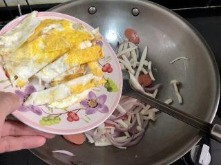白玉菇炒鸡蛋➕春至花如锦,加入煎蛋,翻炒均匀