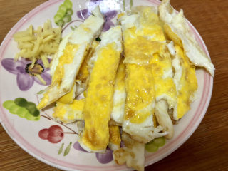 白玉菇炒鸡蛋➕春至花如锦,切块备用