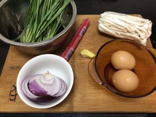 白玉菇炒鸡蛋➕春至花如锦,食材合照:白玉菇170g,鸡蛋两个,姜一小块,王中王火腿肠一根,洋葱小半个,韭菜约60g