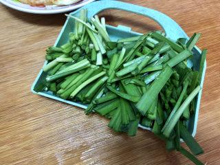 白玉菇炒鸡蛋➕春至花如锦,韭菜切段,韭菜梗韭菜叶分开