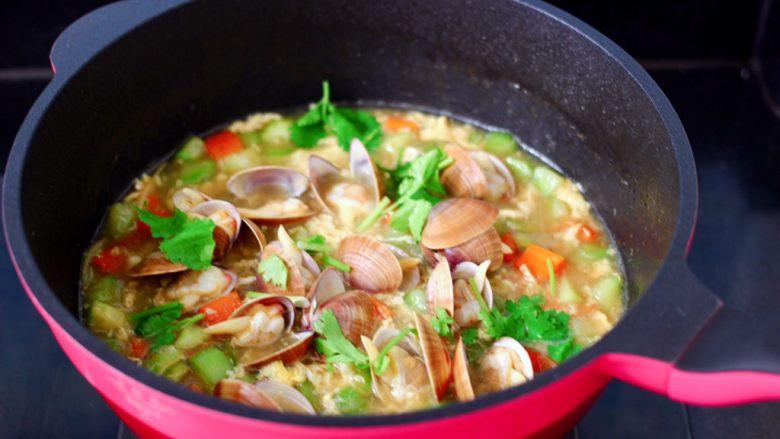 黄瓜飞蛤鸡蛋打卤面,加入煮熟的飞蛤,撒上香菜段即可关火。