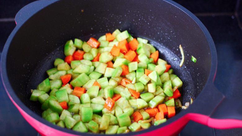 黄瓜飞蛤鸡蛋打卤面,大火继续翻炒至所有的食材炒均匀。