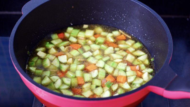 黄瓜飞蛤鸡蛋打卤面,锅中倒入煮飞蛤的汤汁。