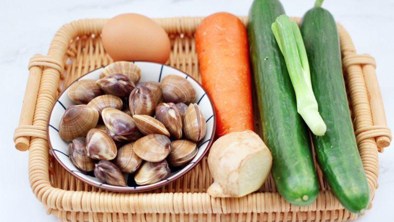 黄瓜飞蛤鸡蛋打卤面,首先备齐所有的食材,飞蛤提前用淡盐水浸泡至把沙吐净。