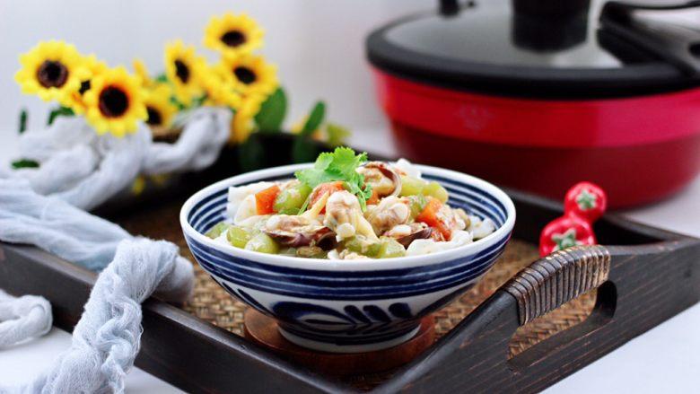 黄瓜飞蛤鸡蛋打卤面,把煮熟的面条过冷水沥干后,放入碗中,上面浇上卤就可以享用咯~