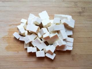 苋菜豆腐汤,嫩豆腐冲洗一下切成小块。