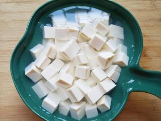 苋菜豆腐汤,放入淡盐水里面浸泡10分钟左右去一下豆腥味。