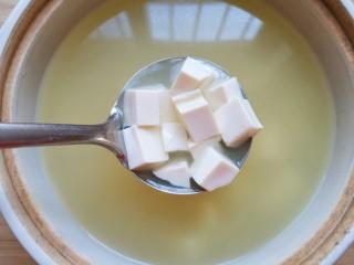 苋菜豆腐汤,烧开以后下入嫩豆腐。