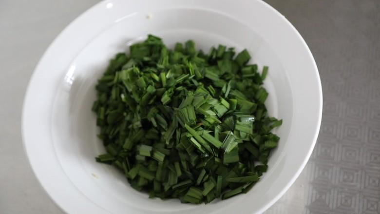 韭菜锅贴,放入碗中备用