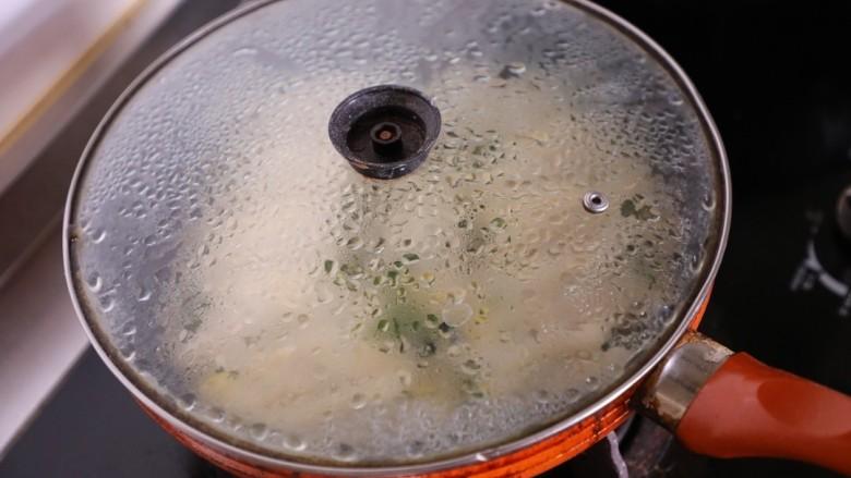 韭菜锅贴,盖上锅盖改成小火焖煎。