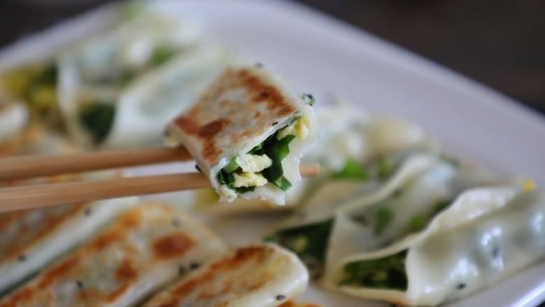 韭菜锅贴,脆脆香香的韭菜鸡旦锅贴做好了!