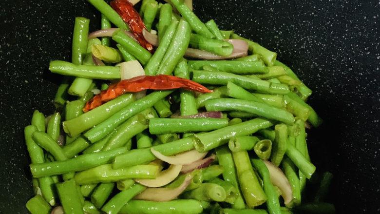 干煸豇豆,起锅