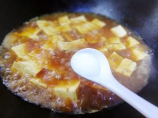 家常烧豆腐,放入一小勺盐。